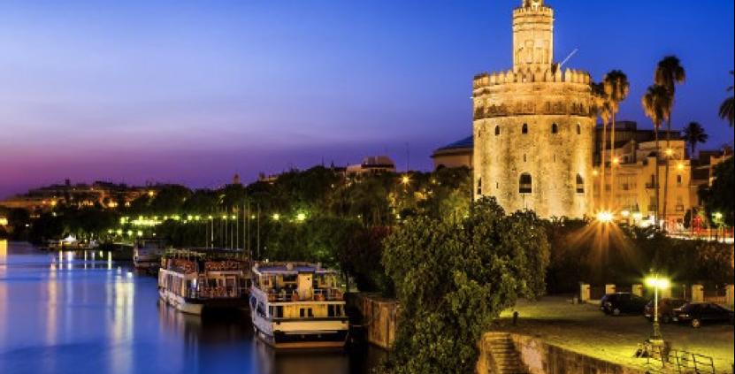 Mudarse a Sevilla - Panorámica de Sevilla de noche con la Torre del Oro