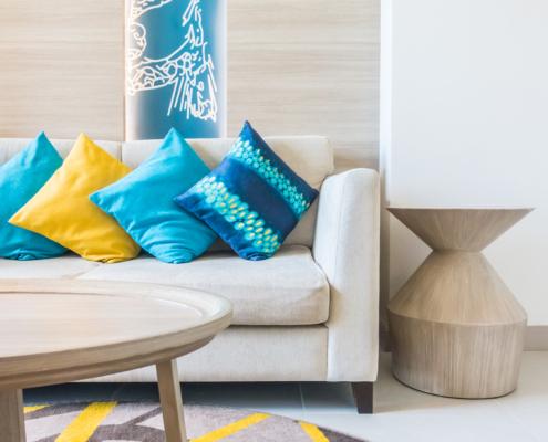 Sofá decorado con conjines