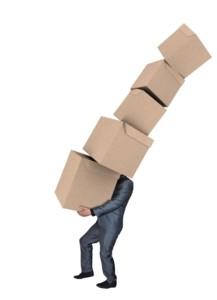 riesgos de hacer una mudanza solo - Hombre con cajas de mudanza
